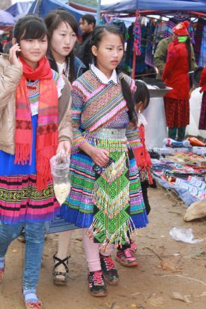 Can Cau Market: Can Cau/ Mhongs bariolés