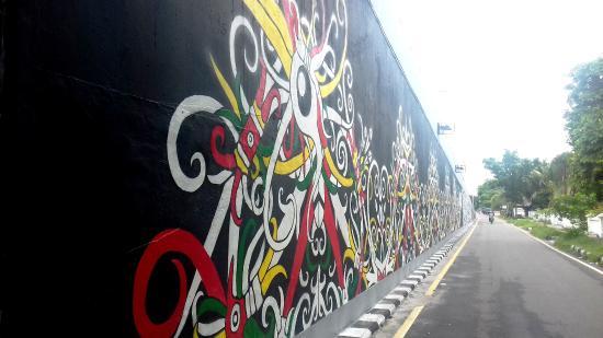 Palangkaraya, Indonesië: Ornamen dinding bawah Jembatan