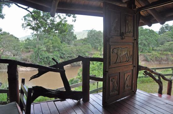 Royal Mara Safari Lodge: Verandah outside the room overlooking the river