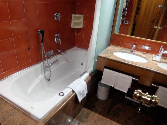 Michelangelo Hotel: bathroom