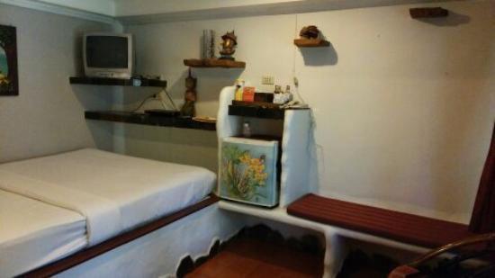 Papillon Resort: 小さなテレビと冷蔵庫