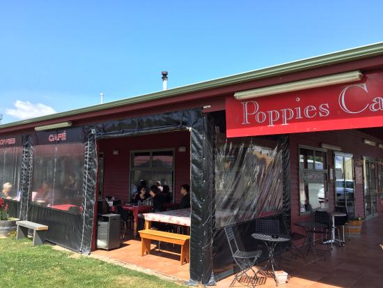 Twizel, Nueva Zelanda: semi-outdoor verandah seating area - bright & sunny!