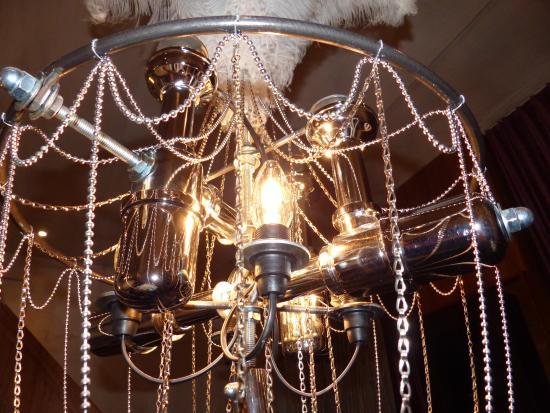 Backstage Hotel Vernissage: Interessante Lampenkonstruktion