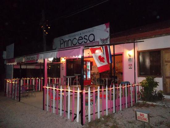Panaderia & Heladeria Princesa Bakery & Ice Cream Parlor: Bakery in the evening, come for ice cream!