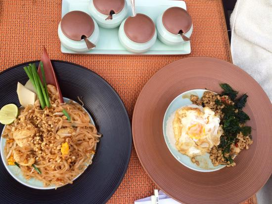 The Peninsula Bangkok: Lunch at the pool was delicious
