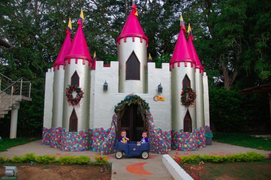 Hotel Las Ardillas: castle for kids to play