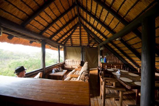 Hilltop Camp: Wohnbereich und Essbereich im Haupthaus