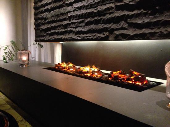 CenterHotel Plaza: Fireplace bar area
