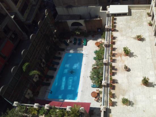 Le Commodore Hotel: Desde mi habitación , piscina  de planta baja