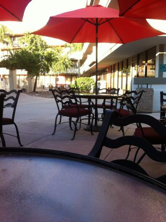 Clarion Hotel Phoenix-Chandler: Seating area by the pool
