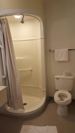 Motel 6 Valdosta University: Banheiro pequeno e limpo