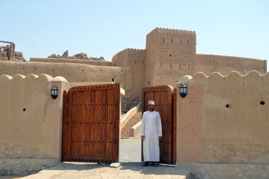 عبري, عمان: le fort et son gardien