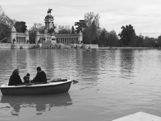 Barcas en el estanque fotograf a de parque del retiro for Parque del retiro barcas