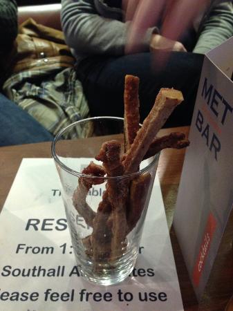 Met Bar & Kitchen: Long pork scratchings