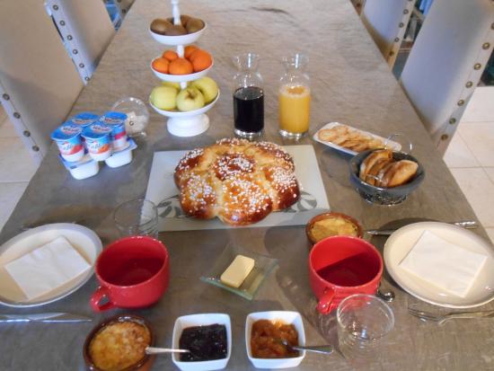Plazac, Francja: Table d'un petit déjeuner