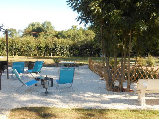 Plazac, Francja: Coin détente à l'ombre dans le jardin