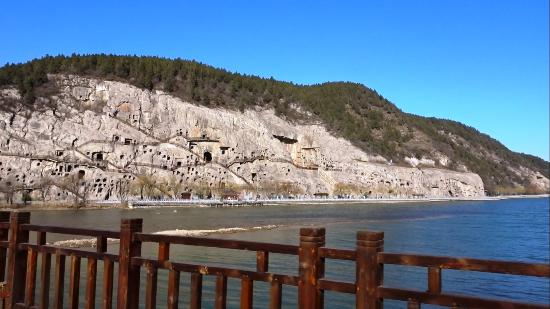 Luoyang, Chine : A view of the Longmen caves from Manshui Bridge
