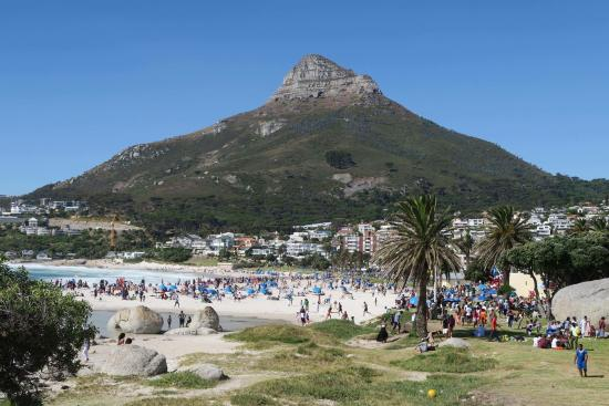 Camp's Bay Beach: Lion's Head seen from Camps Bay
