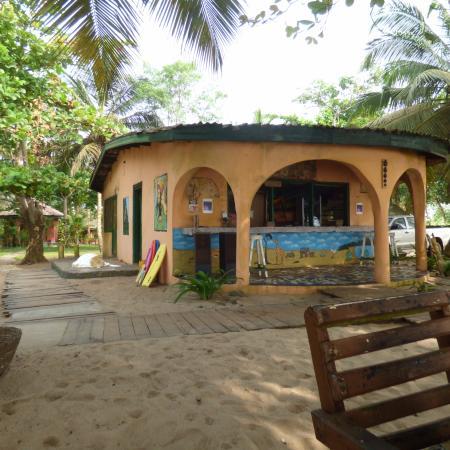 Busua, Ghana: Bar and Dining Area