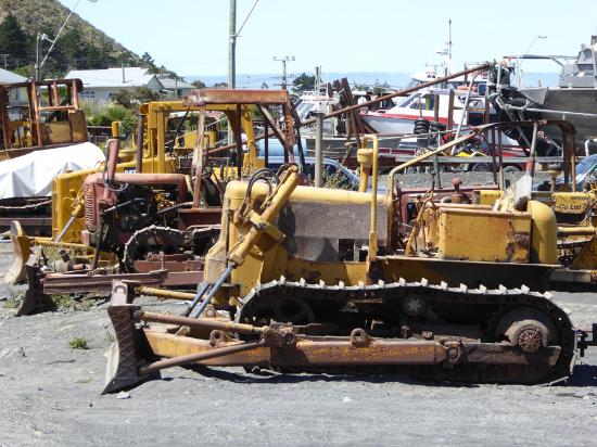Wairarapa, Selandia Baru: Even rusting bulldozers look pretty in this wild landscape