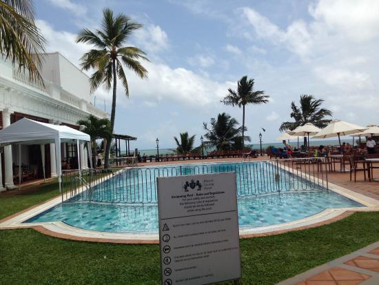 โรงแรมเม้าท์ ลาวิเนีย: The pool by the ocean