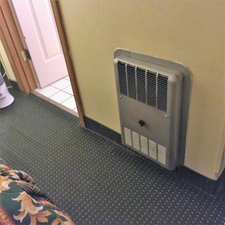 Blue Jay Lodge: Not a heater. There is no heat in the bedroom.