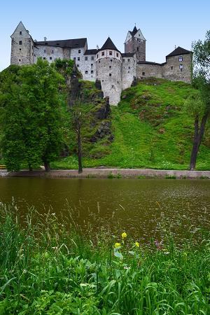 Hrad Loket: hrad od řeky