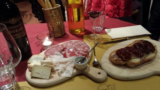 Province of Asti, Ιταλία: Tagliere misto e bruschetta con alici e pomodori secchi