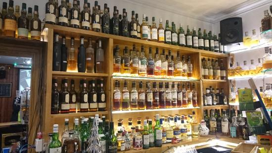 Bowmore, UK: Whisky Galore