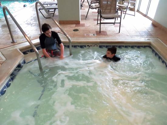 Skokie, IL: Hot tub adjacent to the pool