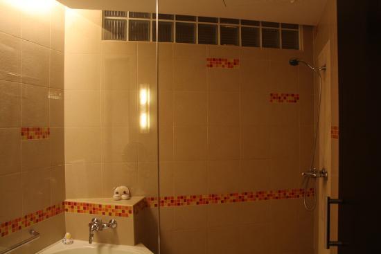 Hulhule Island: Tub and shower
