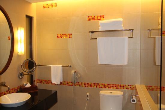 Hulhule Island: Spacious bathroom