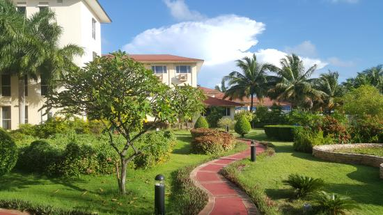 Hulhule Island Hotel: Nice lush grounds
