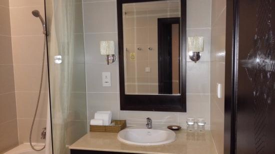 La Sapinette Hotel Dalat: Окно в душ