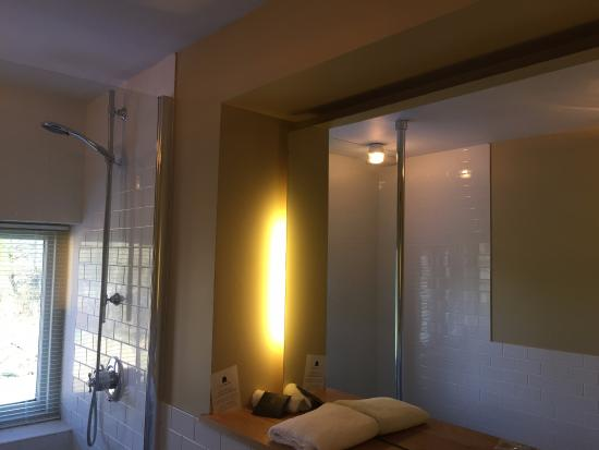Hurley, UK: Bathroom with a mirrored wall