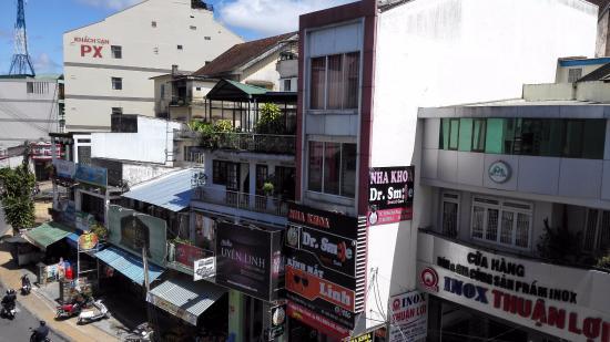 Cam Do Hotel: Улица оживлённая