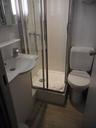 petite salle de bain - Picture of Hotel Ibis Styles Paris Alesia ...