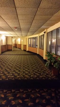 Geneva Ridge Resort: Hallway, looks much brighter in picture