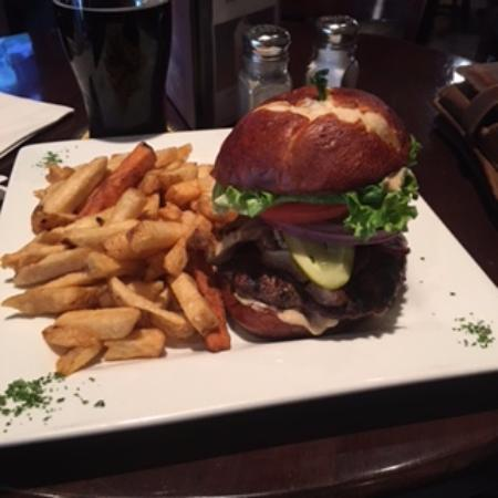 Billy D's Pub & Bistro: Gastro burger