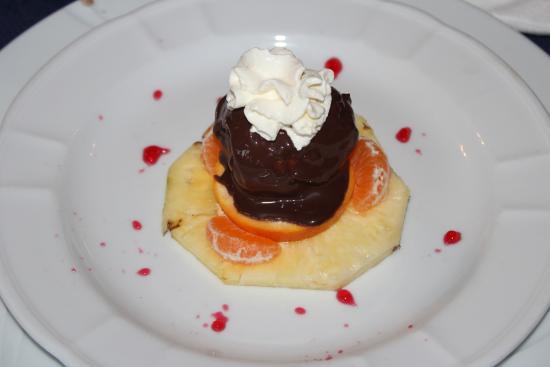 San Lorenzello, Italia: bignè ripieno di crema, ricoperto di cioccolata e panna, con frutta