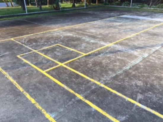 Club Balai Isabel: The tennis/volleyball court is very dilapidated.