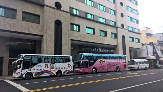 Kaohsiung Shihzuwan Hotel - Love River : My tour is in the front, a group for 13.