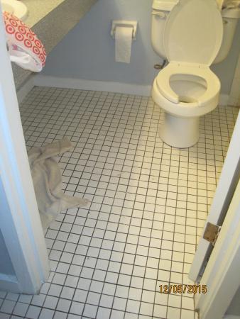 Ocean Landings Resort: 1950;s style bathroom...lol. Minus a pic of the standing water in shower.