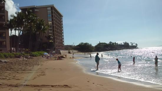 Kahana Beach Resort: The hotel is located right on the beach