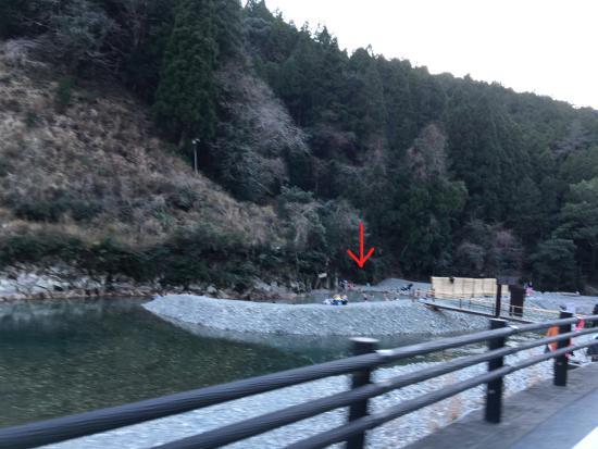 川湯温泉, 温泉からすぐ外れた川は冷たいのにフシギ〜