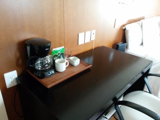 Pestana Caracas Premiun City & Conference Hotel: Escritorio y cafetera dentro de la habitación