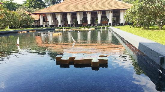 Sofitel Singapore Sentosa Resort & Spa: view to restaurant