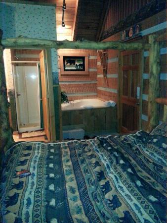 Timberwinds Log Cabins: Bed/Bath