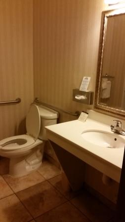 Wellington, CO: plenty of room in the bathroom
