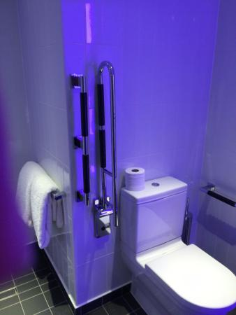 bathroom picture of citizenm london bankside london tripadvisor rh tripadvisor com